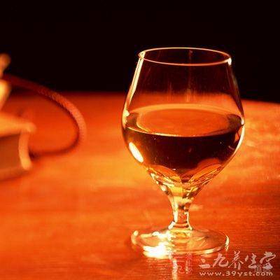 果渣压榨汁称三次压榨汁,然后,将两种汁混合加糖继续发酵,当酒度达到7°~8°后,贮藏1周左右,进行蒸馏,即是五味子果白兰地酒