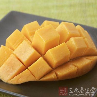把八成以上熟木瓜切开数瓣,去皮,刮瓤,切成鲜果盘