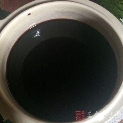 月经不调:黑豆30克,苏木15克水煎,加红糖调服