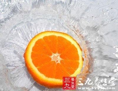 用平纹细布包裹橙皮制成香包