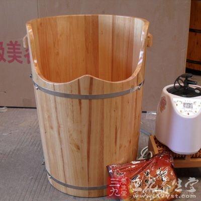 桶熏法:把药物放在桶内点燃,患者坐在桶上,让烟熏患处