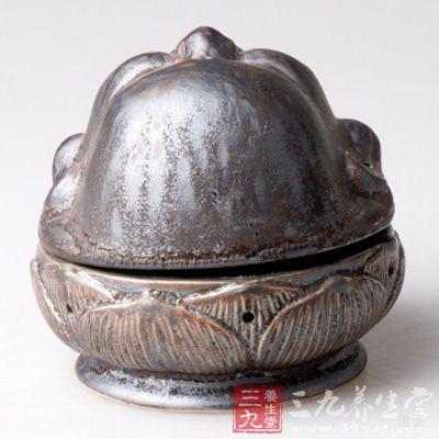 壶熏法:熏壶用铜皮或铁皮制成,下粗上细,底直径约15厘米、高约30厘米,上、中、下分为3层,分别为置药层、置炭层、对流层,彼此用金属丝网隔开