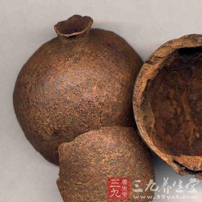 石榴皮果皮呈不规则的片状或瓢状,厚1.5至3毫米