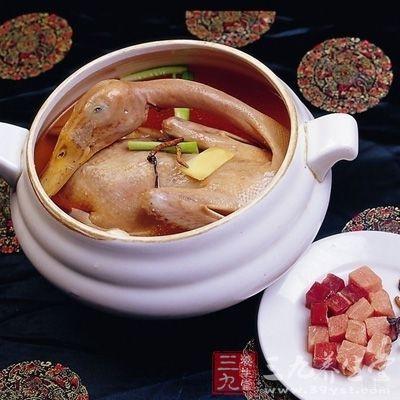 【质料】雄鸭1只 冬虫夏草5~10枚 葱姜食盐各过量