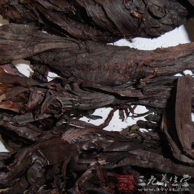 紫草油是紫红色的,染到衣服和床单上要马上清洗