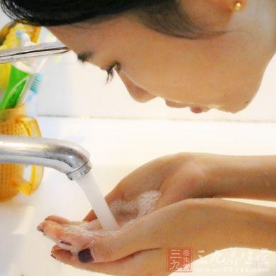 用清水洗手
