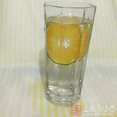 早晨起床时先喝一杯柠檬水