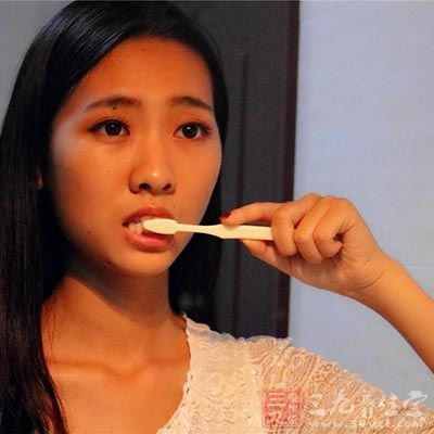 用冰盐水漱口刷牙