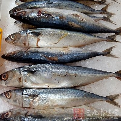 吃富含胶原蛋白和弹性蛋白的食物,如鱼