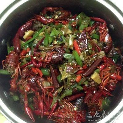 辛辣刺激的食物会让肿痛的喉咙火上烧油