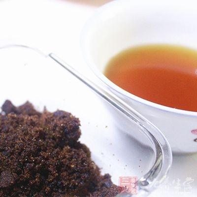 将红糖、生姜还有红茶准备好之后一起冲泡服用