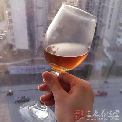 减少饮酒,饮酒可导致脱水