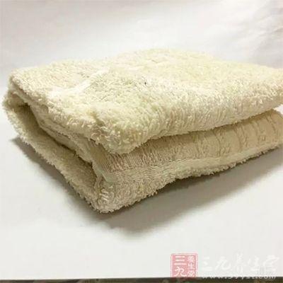 使用毛巾松紧适宜地缠在太阳穴周围