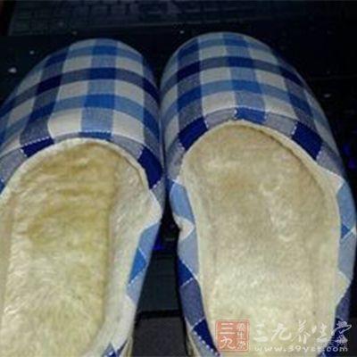 不要与其他脚气患者共用拖鞋