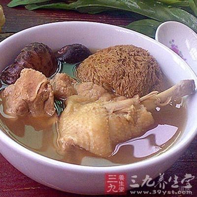 猴头菇是中国传统名贵食用菌,野生猴头菇大多生长在深山密林中的柞树树干上