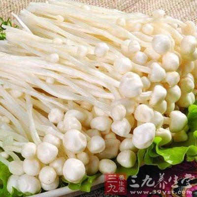 金针菇菌盖小巧细腻,黄褐色或淡黄色,菌肉为白色