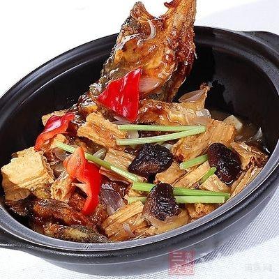 食用苦瓜鲈鱼煲可以增添饱腹感,使身体消耗更多的热量