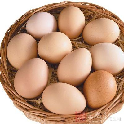 4个鸡蛋,蛋清蛋黄分别打入容器