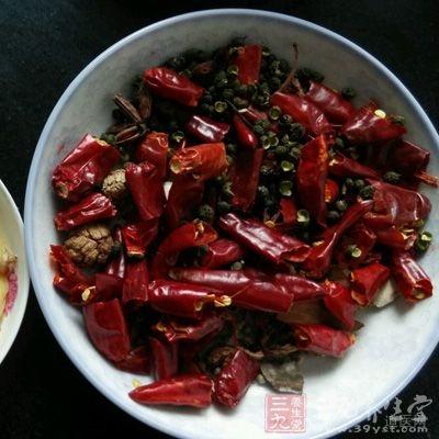 待油温升高后放入花椒、干红椒