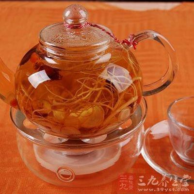 人参茶由生晒参制成。可将人参晒干或烘干,切成薄片,放入保温杯中,用沸水冲泡,加盖,闷15分钟即可饮用