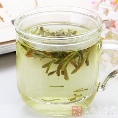 金银花大黄茶:金银花10克,大黄3克,一并泡茶饮用