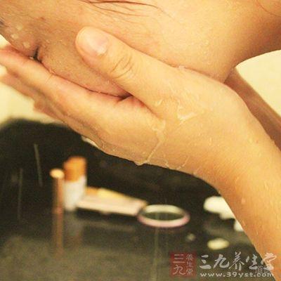 用冷水洗脸,可以刺激皮肤血管