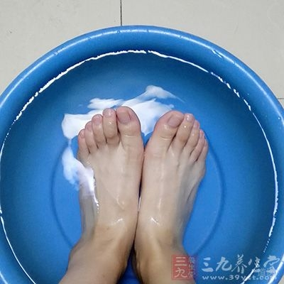 孕妈妈最好每晚用较热的水泡脚15分钟