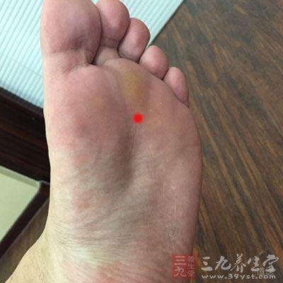 足底(去趾)前1/3处,足趾跖屈时呈凹陷