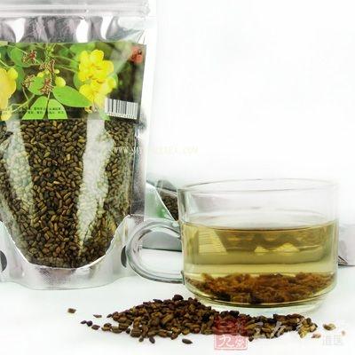 将决明子捣碎之后用开水冲泡,十分钟之后加入少量的蜂蜜搅拌均匀服用