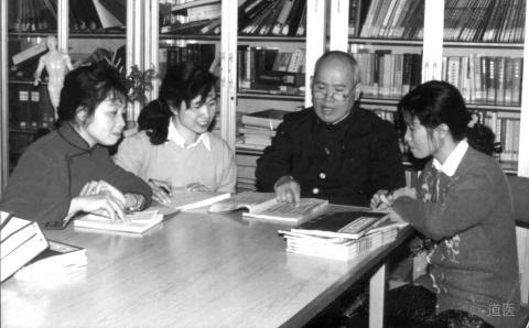 班秀文教授(右二)向学术继承人传授经验