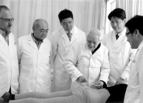 年近九旬的程莘农(右三)仍坚持在临床带教