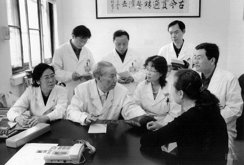 李振华(前左二)在临床带教