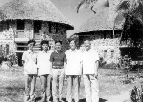 1987年,陆广莘(中)在坦桑尼亚防治艾滋病时和同事合影