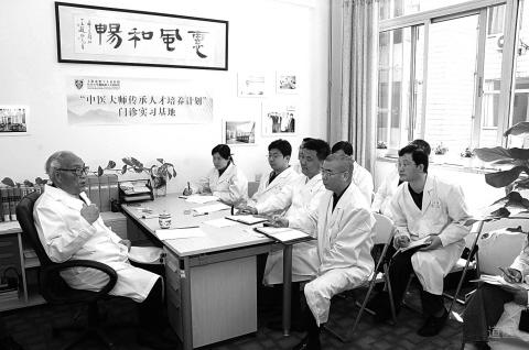 颜德馨(左一)在给弟子讲课