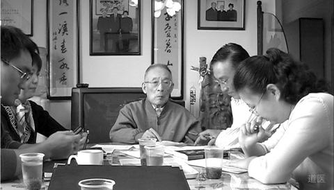 张镜人(中)和学生进行课题总结(2005年)