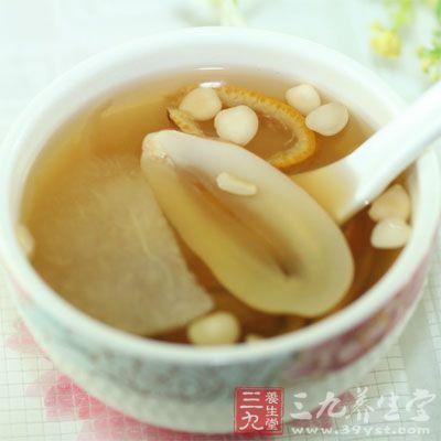 梨块与陈皮一起放入锅中,待煮开后再煮20分钟,调入冰糖煮到冰糖完全融化即可饮用