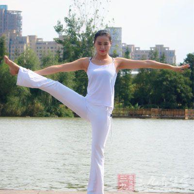 这个动作能锻炼我们的腰部,以及提高平衡力