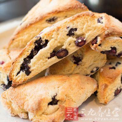 在热松饼上,涂上一层软淡的煳式乳酪,顶部再加一层蓝莓即成