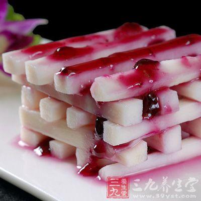 小锅中倒入清水,加入蓝莓果酱和冰糖