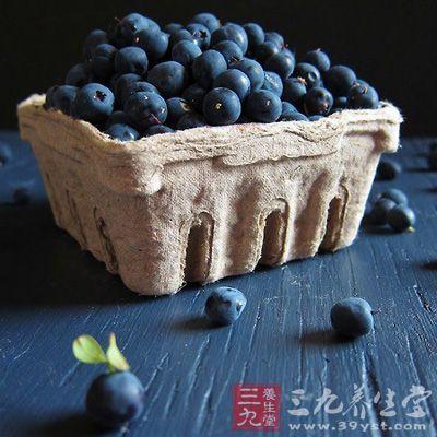 新鲜蓝莓果实紧致、干性、饱满,表皮细滑,相对来说不带树叶和梗