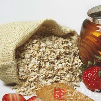 """燕麦片和小麦是两种不同的谷物。小麦通常被碾磨成""""白面粉"""",外层的"""