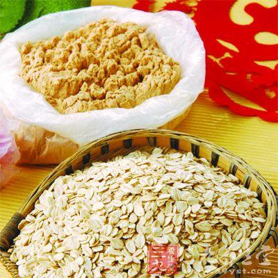 将燕麦片、杏仁粉、面粉、盐均匀混合后
