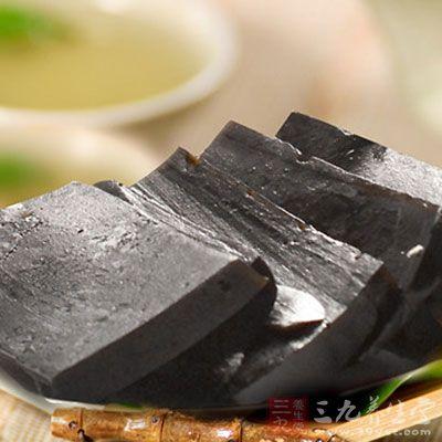 服用时将阿胶羹一匙放入碗中加入开水后,连吃带喝,口味又香又甜