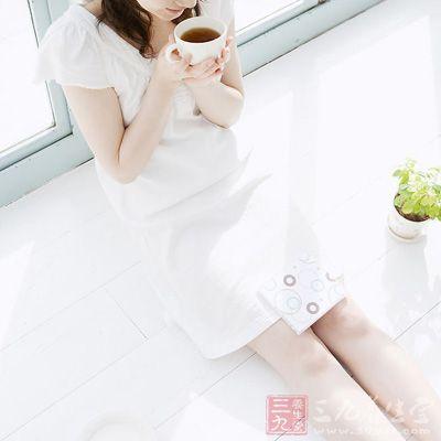 在红茶中的咖啡碱和芳香物质联合作用下,增加肾脏的血流量,提高肾小球过滤率,扩张肾微血管