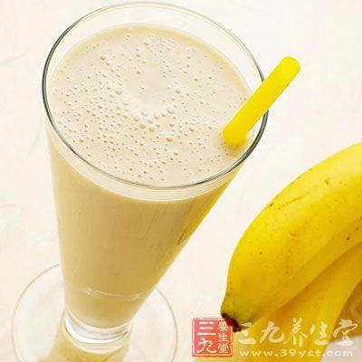 将香蕉去皮,掰成段,和鲜奶一起用搅拌器打成均匀的糊状