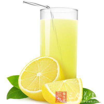 柠檬水可以解渴且冲淡想吃东西的欲望,因此可有效抑制不当饮食