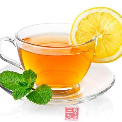 新鲜的柠檬含水量丰富,可以用手或器皿积压出汁水