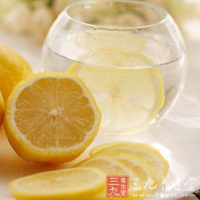 将柠檬切成薄薄的一片泡在水中,会有一股淡淡的清香,让人精神为之一振