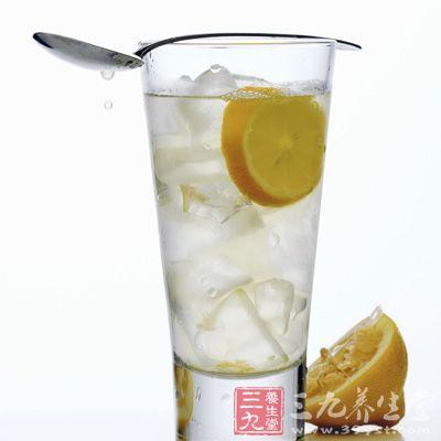 柠檬用盐洗外皮,去蜡和去脏