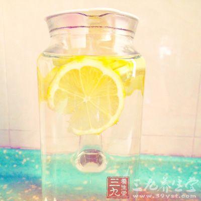 柠檬洗净切片。因为要带皮浸泡,所以建议用小刷子将柠檬刷洗干净